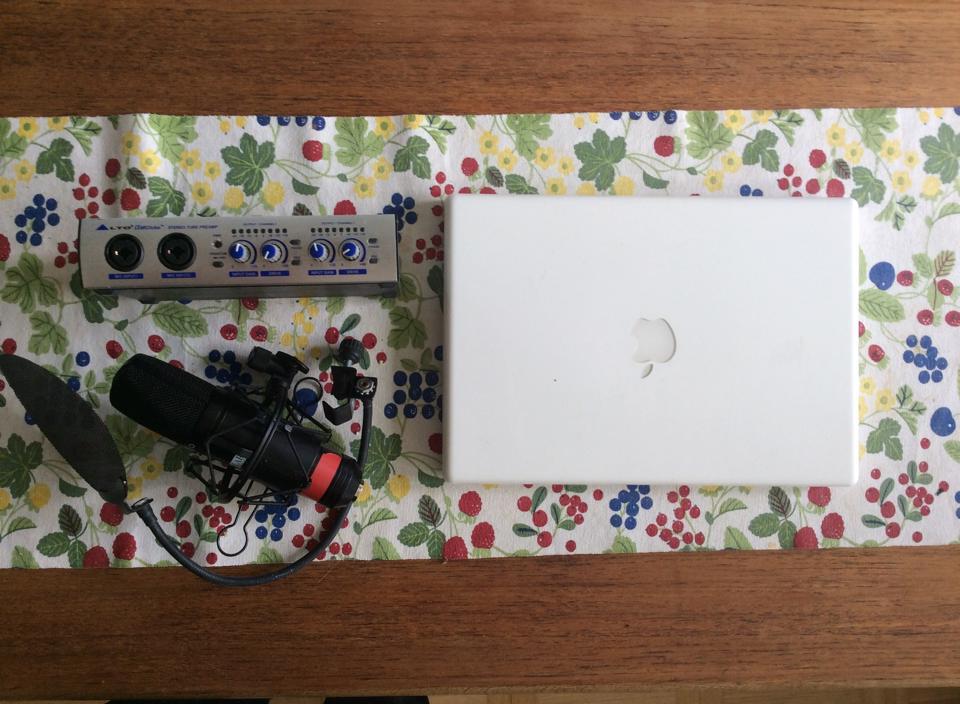 Utrustning donerad till Studio Kobane. En Macbook, ett digitalt ljudkort och en stormembransmikrofon.